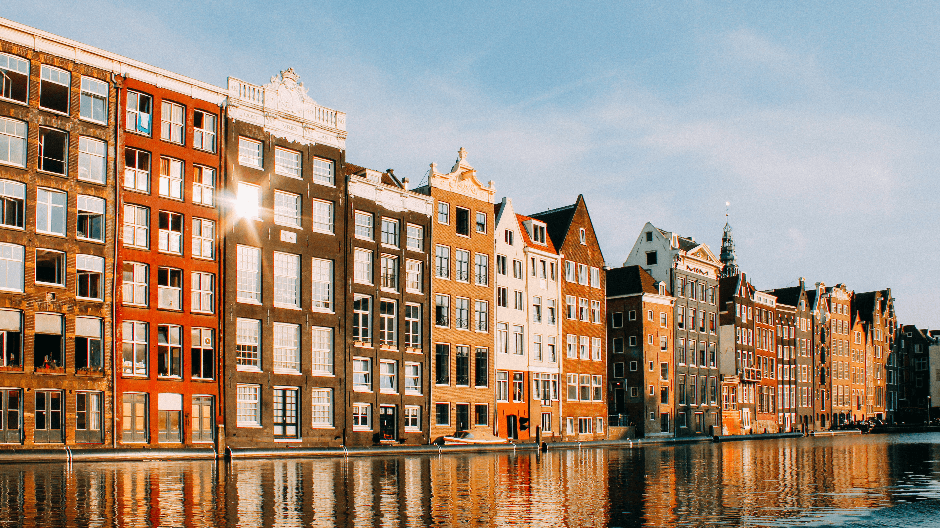 Airbnb Amsterdam - canal houses Damrak.png